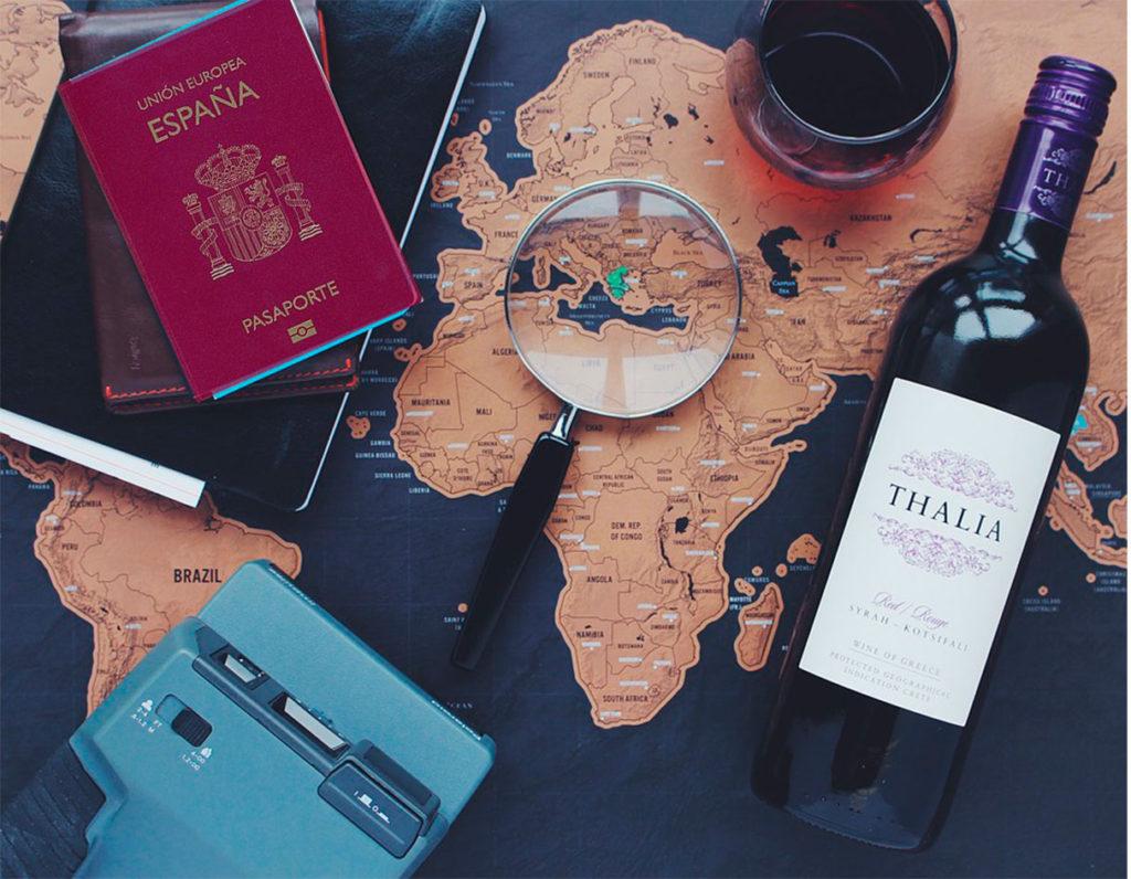 Pasaporte, lupa, vino y mapa