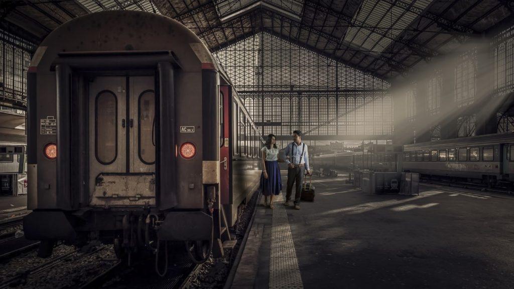 Una pareja en una estación de tren